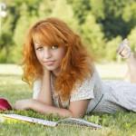12-ФЛ-0009 девушка с книжкой